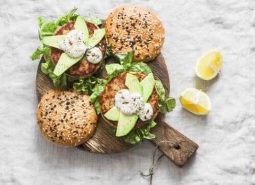 Burgery z filetem z tuńczyka: zdrowy przepis
