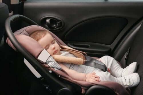 Dziecko śpi w foteliku - podróże z dzieckiem