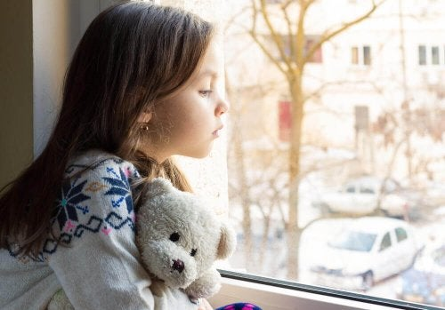 dziewczynka z misiem w okne