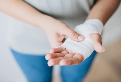 Gojenie się ran - ręka z bandażem