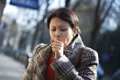 Kaszel - kobieta czuje ból w klatce piersiowej