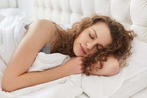 Kobieta spokojnie śpi