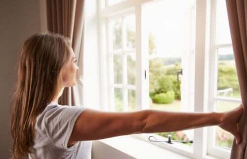 Kobieta otwierająca okna