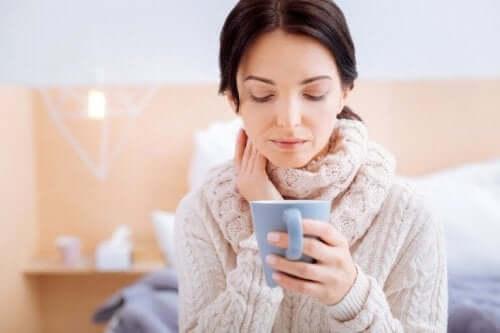 kobieta pije herbatę - zastosowania goździków