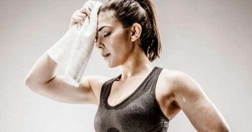 Spocona kobieta po treningu