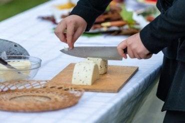 Krojenie sera - poznaj najciekawsze triki