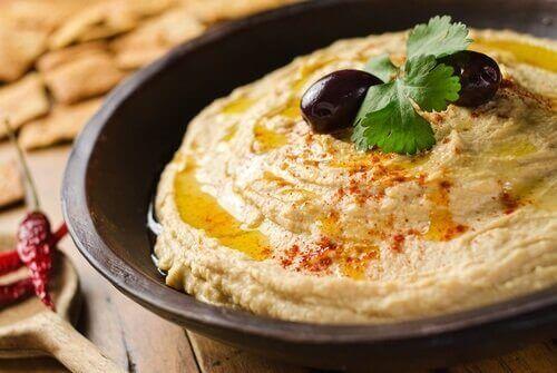 Hummus z kanapką jako wegetariańskie przekąski