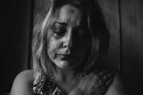 przemoc seksualna smutna kobieta