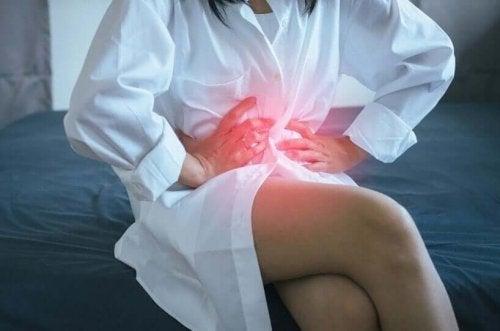 Refluks nocny żołądkowy - cierpiąca kobieta