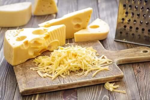 Krojenie sera żółtego