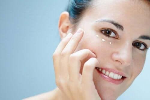 Skóra wokół oczu – 6 sposobów, jak o nią dbać