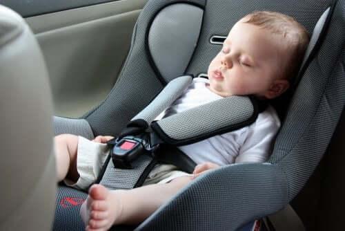Dziecko śpi w samochodzie - podróż z dzieckiem