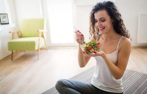 Szczęśliwa kobieta z sałatką