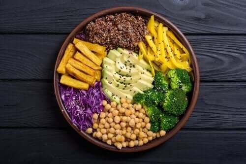 Surowe warzywa podane na talerzu