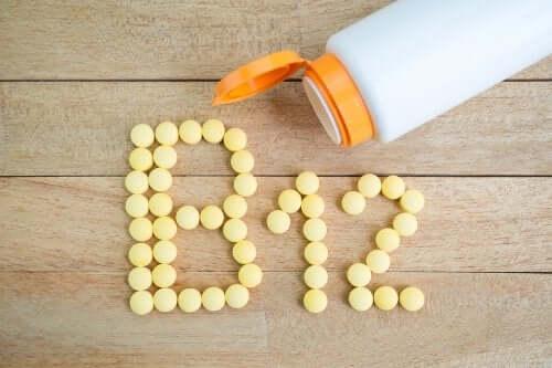 Witamina B12 ułożona z tabletek
