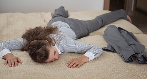 Zmęczona kobieta na łóżku