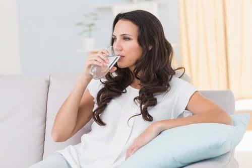 ZUM - kobieta pije wodę