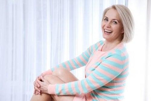 Zadowolona kobieta a zmiany w okresie menopauzy