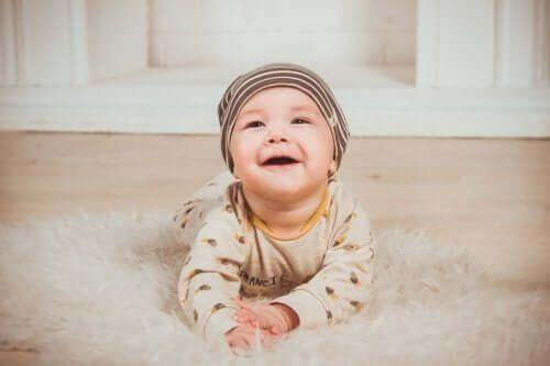 Dziecko na brzuchu - czy zachęcać swoje dziecko do raczkowania?