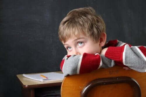 Dziecko z ADHD patrzy w górę