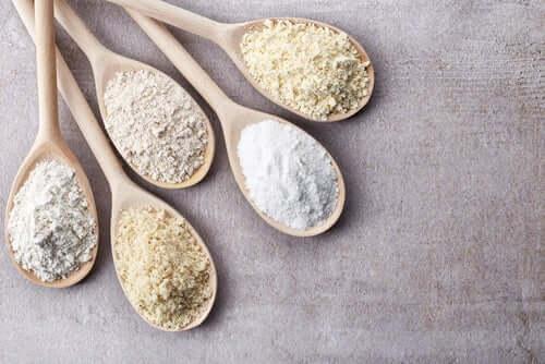 Gluten - łyżki z mąką i celiakia