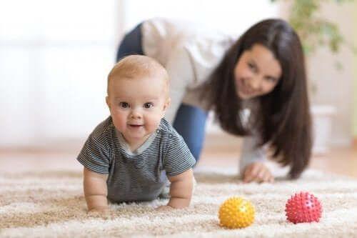 Jak zachęcać swoje dziecko do raczkowania? Kilka przydatnych wskazówek