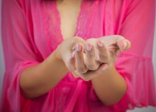Dłonie cierpiące na zapalenie ścięgien
