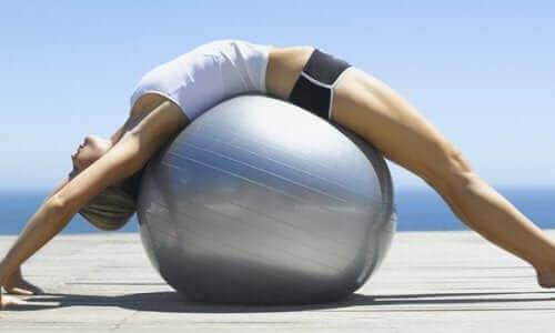 Kobieta ćwiczy na piłce