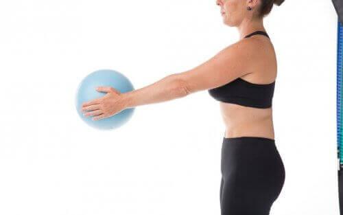 Kobieta ćwiczy z piłką