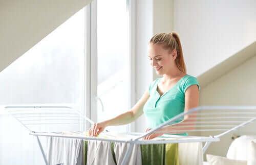 Kobieta wiesza pranie