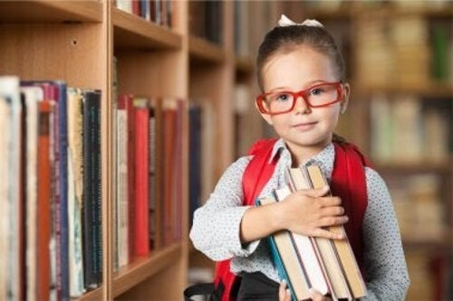 Mała dziewczynka w szkole