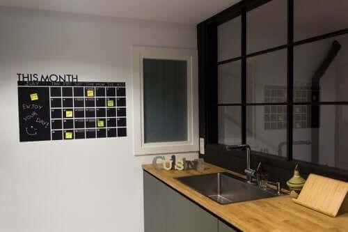 Kuchnia i tablica organizacyjna na ścianie