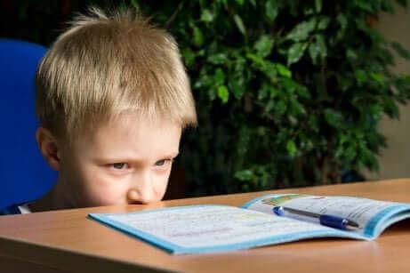 Chłopiec z ADHD, brak skupienia