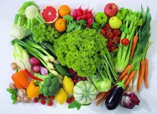 Owoce i warzywa tworzą zdrowe posiłki dla dziecka