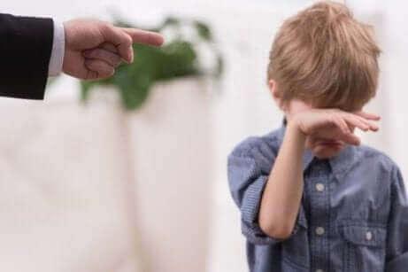 Ojciec karci, dziecko płacze
