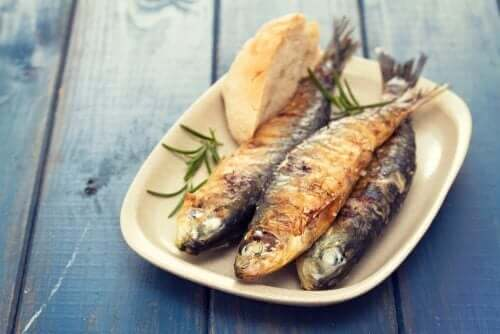 Smażone ryby na talerzu
