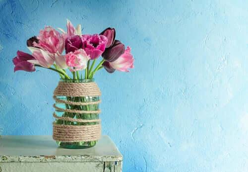 Szklany wazon z kwiatami