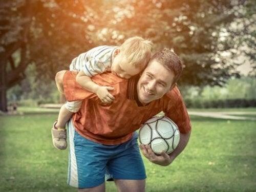 Dziecko bawi się z ojcem