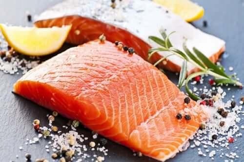 Łosoś pomaga zwalczyć tłuszcz brzuszny