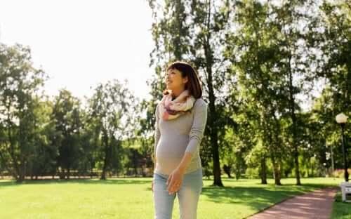 Kobieta nosząca pas ciążowy na spacerze