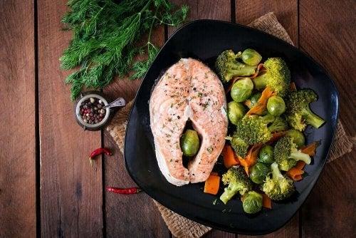 Łosoś z warzywami na talerzu