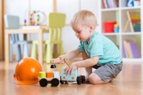 Dziecko bawi się zabawkami