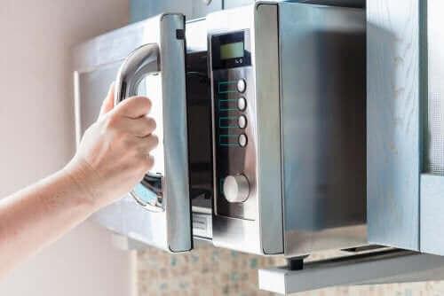 Czyszczenie kuchenki mikrofalowej