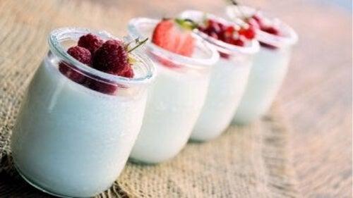 Jogurt naturalny i owoce