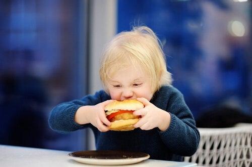 Dziecko pochłania hamburgera