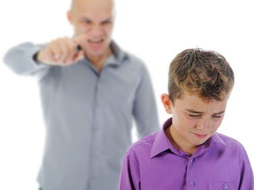 Ojciec krzyczy na syna