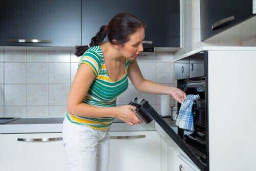 Kobieta wkłada do piekarnika schab