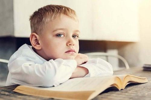 Chłopiec nad książką