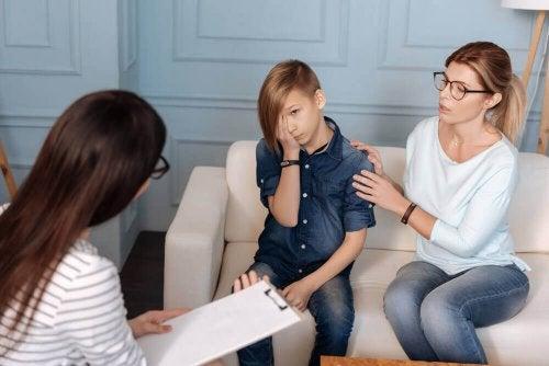 Chłopiec z mamą u psychologa - choroba psychiczna u dzieci