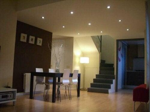 Jadalnia z oświetleniem punktowym - przytulny dom